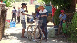 Phú Yên: Chở nước tới tận nhà người dân bị khô hạn