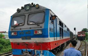 Cố vượt đường sắt, xe tải bị tàu hỏa đâm bay xuống ruộng