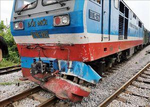 Tàu hỏa 'ủi' văng xe tải tại Nam Định, lái xe may mắn thoát chết