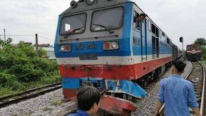 Qua đường ray chết máy, xe tải bị tàu hỏa đâm văng xuống ruộng