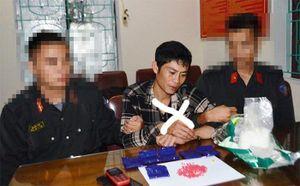 Cảnh sát cơ động Nghệ An bắt kẻ vận chuyển gần 1kg ma túy và 1.200 viên hồng phiến
