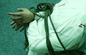 Bắt giữ người, ép quỳ rồi đánh đập vì nghi quan hệ bất chính với vợ