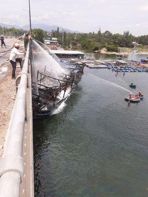Quảng Ngãi: Tàu cá đang neo đậu bỗng bốc cháy lớn