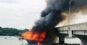 Tàu câu mực bất ngờ bốc cháy, thiệt hại hơn 3 tỷ đồng