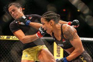 Nữ võ sĩ Brazil tung cú đấm 'búa tạ' khiến đối thủ đổ gục