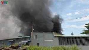Lửa bốc cháy dữ dội, thiêu rụi 2 kho xưởng sản xuất lớn ở TP.HCM