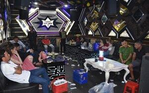 Đột kích quán karaoke lúc rạng sáng, phát hiện hàng chục dân chơi tụ tập sử dụng ma túy