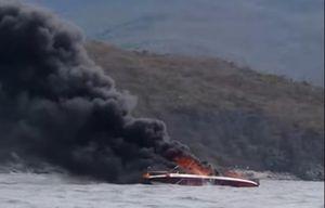 Cháy ca nô chở khách trên vịnh Nha Trang, 2 người bị bỏng nặng