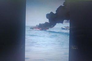 Ca nô cháy ngùn ngụt trên vịnh Nha Trang, 2 người bỏng nặng