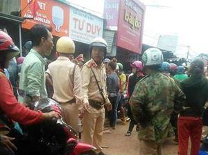 Hé lộ nguyên nhân vụ hàng trăm người dân vây xe CSGT