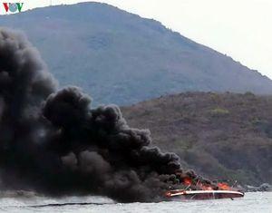Ca nô bốc cháy ngùn ngụt trên vịnh Nha Trang, 2 người bị thương