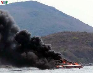 Clip: Ca nô cháy ngùn ngụt trên vịnh Nha Trang
