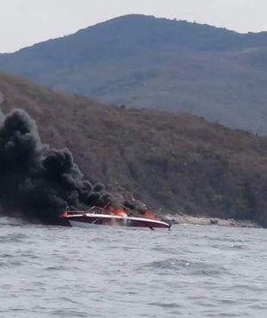Cháy ca nô trên vịnh Nha Trang, 2 thuyền viên bị bỏng