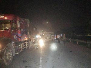 Xe khách tông xe container, 16 người cấp cứu