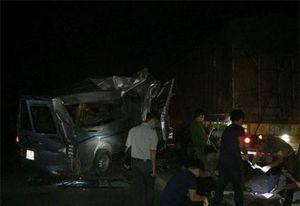 Xe khách húc đuôi xe container, 16 người bị thương