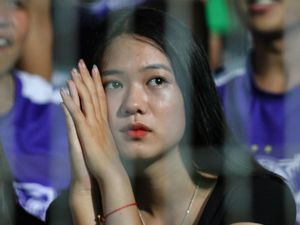 Nữ CĐV của CLB Hà Nội lo lắng khi xem đội nhà thi đấu