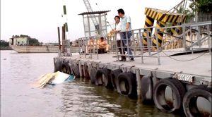 Sà lan mất lái đâm chìm ca nô trên sông Sài Gòn