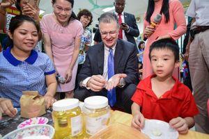 Đại sứ Mỹ múa lân, làm bánh dẻo đón Trung thu cùng các em nhỏ