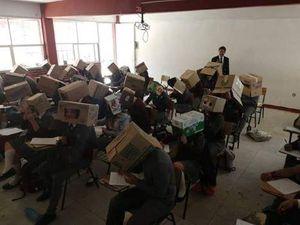 Giáo viên bắt sinh viên đội thùng carton lên đầu để chống quay cóp
