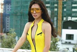 Bella Mai khoe body hoàn hảo với áo tắm cắt khoét