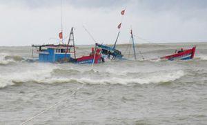 Cứu thêm 4 thuyền viên trên tàu cá bị chìm ở vùng biển Quảng Bình