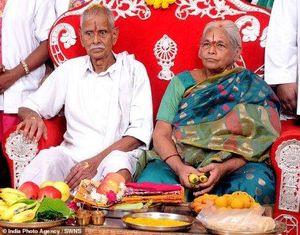 Bà mẹ già nhất thế giới sinh đôi hai bé gái ở tuổi 74