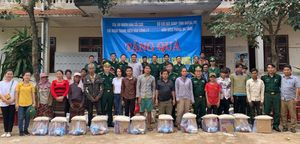 Chi đoàn Báo Công lý phối hợp với Bộ đội Biên phòng Quảng Trị tặng quà người dân vùng lũ