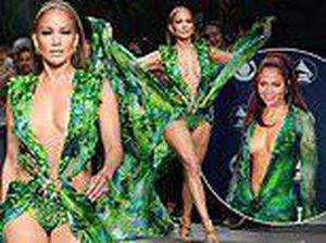 Jennifer Lopez nóng bỏng đến 'nghẹt thở' trên sàn diễn Versace