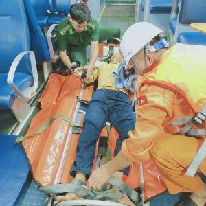 Cứu sống một ngư dân bị giập cánh tay khi lao động trên biển