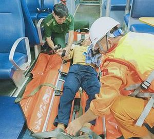 Cứu nạn ngư dân bị tai nạn lao động trên biển