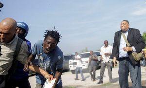 Nghị sĩ Haiti nổ súng giải vây, phóng viên ảnh hãng tin AP trúng đạn