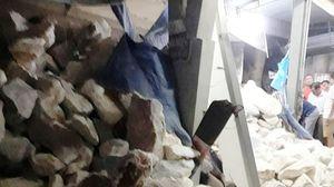 Hú vía xe chở đá chạy lùi rồi lật nghiêng, làm sập nhà dân ở ngã ba Săng Lẻ