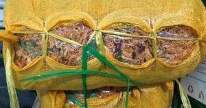 Thu giữ gần 600kg bò và gà khô không nguồn gốc