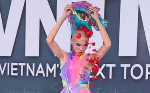 Nam thí sinh mặc váy, rải hoa trong vòng thi đồ bơi ở Next Top Model