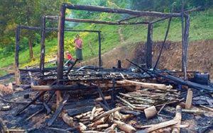 Người mẹ bất chấp ngọn lửa ôm 3 con nhỏ chạy khỏi căn nhà đang cháy