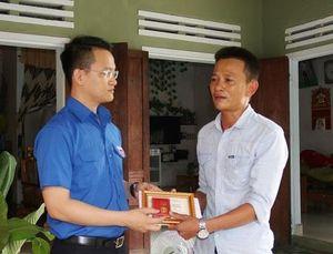 Trao huy hiệu 'Tuổi trẻ dũng cảm' cho thanh niên cứu người trên bán đảo Sơn Trà