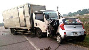 Xe taxi đối đầu xe tải khiến hai người tử vong