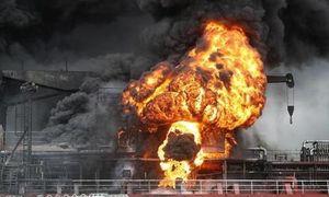 Hai tàu dầu hàng chục nghìn tấn bốc cháy, 12 thủy thủ bị thương