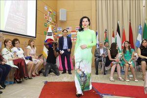 Ấn tượng áo dài Việt Nam trong Ngày hội văn hóa quốc tế tại Nam Phi