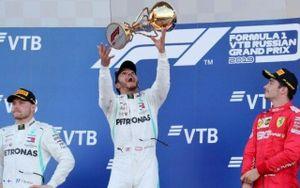 Hamilton giúp Mercedes thống trị đường đua GP Nga