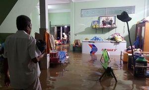 Triều cường dâng cao ở Đồng bằng sông Cửu Long: Nhiều nơi ngập sâu, học sinh nghỉ học