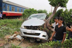 Phú Yên: Tai nạn tàu hỏa, tài xế xe ô tô 7 chỗ thoát nạn thần kỳ