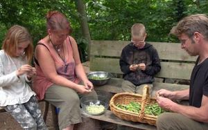 Chán cảnh làm việc quần quật kiếm tiền, cả gia đình bỏ phố lên rừng sinh sống