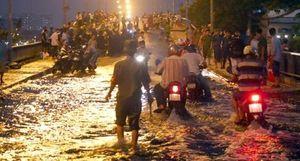 Triều cường làm vỡ bờ kè, TPHCM nhiều nơi ngập sâu trong nước