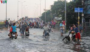 Triều cường vẫn gây ngập nhiều khu vực tại TP Hồ Chí Minh
