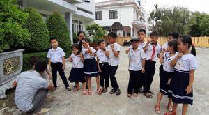 9 học sinh đã đến lớp sau một tháng nghỉ học vì phụ huynh phản đối sáp nhập trường