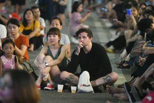 Ngồi bệt ngoài đường thưởng thức 100 nhạc công trình diễn