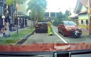 Cậu bé băng qua đường bị ôtô đâm