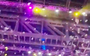 Tỷ phú Nga trút mưa tiền khiến đám đông đua nhau nhặt