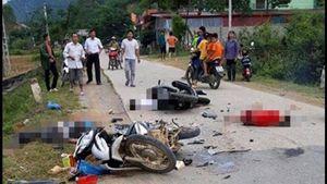 Hai xe máy tông nhau trực diện, năm người thương vong